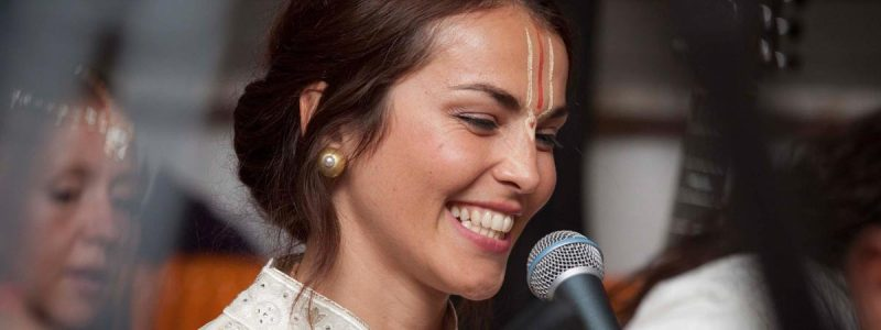 woman-singing-kirtan