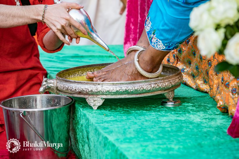 worshiping the Guru's feet